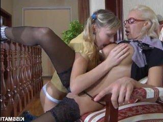 Сисястая зрелая лесбиянка захотела соблазнить молодую красотку