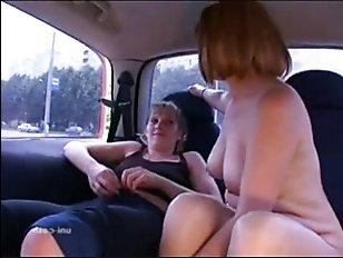 Порно: мама обучает дочь правильно мастурбировать в машине