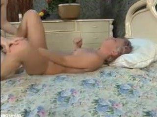 Горячий секс с сексуальной милф и ее молодым парнем