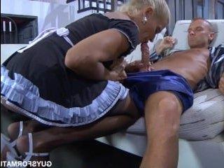 Видео секса мужика с послушной горничной в чулках