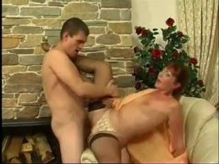 У парня был на кресле секс со зрелой горничной в чулках