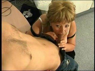 Секс с русской начальницей: молодой сотрудник выебал сисястую зрелуху