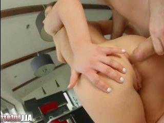 Секс в попу с молодой девушкой и сперма на лице после минета