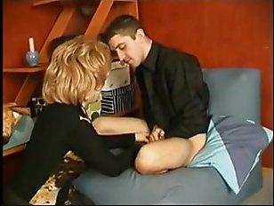 Русская жена сосет хуй своему дрочащему мужу в позе 69