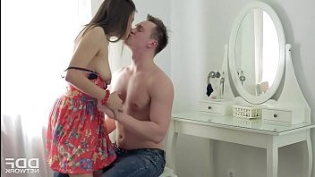 Парень сделал брюнетке массаж, затем устроил секс с ней на столе