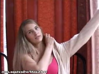 Красивую русскую девушку сильно трахают в жопу
